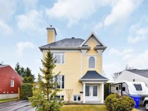 22211115 - Maison à étages à vendre